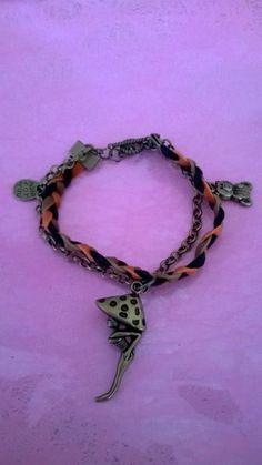 Bracelet tresse feutrine 3 couleurs, chaînette bronze et 3 breloques bronzes.