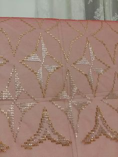 Kına başörtüsü Saree 2017, Neck Pattern, Embroidery Patterns, Diy And Crafts, Gold Necklace, Stitch, Knitting, Model, Jewelry