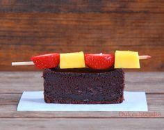 Brownie con brocheta de fresa y mango - Chocolate brownie with strawberry and mango