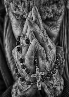 Please pray that this awful virus ends immediately. Pray for all to stay safe from it , be especially protective of our older loved ones. Jesus Pictures, Pictures To Draw, Art Pictures, Catholic Art, Religious Art, Hand Photography, Portrait Photography, Black And White Portraits, Black And White Photography