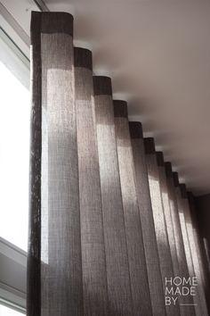 #raamdecoratie #gordijnen #linnen #interieur HOME MADE BY_STIJL BINNENKIJKER | STYLIST INGRID | RAAMDECORATIE | INSPIRATIE | SFEERVOL | INTERIEUR TRENDS | TIJDLOOS | GORDIJNEN | STOFFEN Wave Curtains, Cool Curtains, Grey Curtains, Curtains With Blinds, Window Coverings, Window Treatments, Rideaux Design, Contemporary Curtains, Bedroom Drapes
