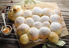 Das etwas andere Osterlamm: In diesem Rezept wird das Lämmchen aus Buchteln geformt und auf dem Blech gebacken. Brunch, Chorizo, Hamburger, Muffins, Bread, Cheese, Baking, Desserts, Food