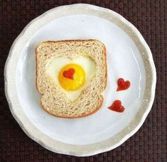 14 easy breakfast in bed recipes you and your kids can make together to surprise Mom on Mother's Day, recipes kids love to create and moms enjoy eating. (Breakfast In Bed) Valentines Breakfast, Mothers Day Breakfast, Birthday Breakfast, Breakfast In Bed, Perfect Breakfast, Bed Recipe, Recipe For Mom, Cute Food, Good Food