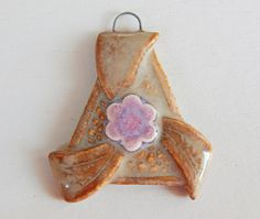 Handmade porcelain pendant triangle with flower brown por Majoyoal