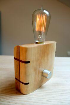 Lámpara de maderas de pino y abedul encoladas y reforzadas con madera de iroko.