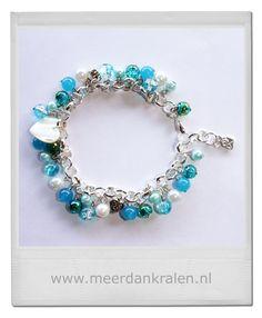Prachtige jasseron armband met gekettelde parels en crackles in diverse blauwtinten, daartussen een schelpen hartje, 2 metalen hartjes en afgewerkt met een envelopje Made with Love...