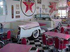 Retro diner, love the vintage car booth! 1950 Diner, Vintage Diner, Vintage Restaurant, Diner Restaurant, Restaurant Themes, Cafeteria Retro, Mein Café, Diner Decor, 50s Decor