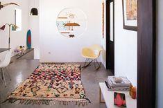 Tapis marocain coloré et chaise Eames