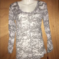NWT Grey top size medium NWT Grey top size medium cute with jeans or leggings Discovery Tops Tees - Long Sleeve