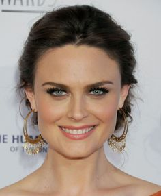 Emily Deschanel, those eyes! Love her makeup Cool Summer Palette, Beauty Is Fleeting, Emily Deschanel, Hello Gorgeous, Celebrity Pictures, American Actress, Beautiful People, Beautiful Women, Short Hair Styles