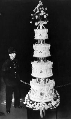 Queen Elizabeth und Prinz Philip 1947 Hochzeitstorte, hier zu sehen, war ein 9-Meter hohe Konfektion - und aufwendige Konfekt genießen weiterhin eine königliche Tradition auch heute sein. Während der Rest von uns versuchen, auf zuckerhaltigen Lebensmitteln behandelt zu senken, Europas Königshäuser sagen: sie Kuchen essen lassen!