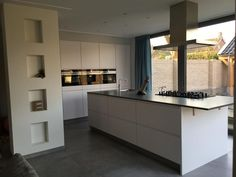 Referentie Wildhagen | Moderne greeploze kookeiland met keukenwand met inbouwapparatuur. https://www.facebook.com/wildhagen.nl/posts/775334129238322 #designkeukens