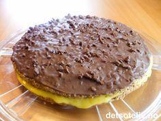 """""""Daimkake"""" er et svært etterspurt kake! Kaken består av to tynne mandelbunner som fylles med deilig gul krem. På toppen dekkes kaken med glasur laget av melkesjokolade, fløte og Daimkuler. Nam nam! Norwegian Cuisine, Norwegian Food, Norwegian Recipes, Yummy Treats, Sweet Treats, Cake Recipes, Dessert Recipes, Pudding Desserts, Baking Cupcakes"""