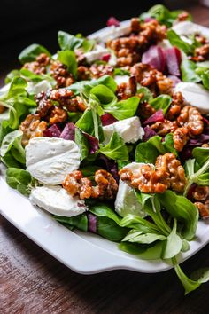 En spennende, og kjempeenkel, salat! Rødbeter, chevre og karamelliserte valnøtter er alt du trenger.