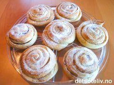 """""""Skillingsboller"""" stammer opprinnelig fra Bergen, og skal være STORE og med masse sukker på!!! Oppskriften gir 30 stk. Scandinavian Food, Nom Nom, Muffin, Cookies, Breakfast, Sweet, Desserts, Decoration, Tips"""