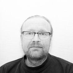 Mikael Vasara är en musiker och låtskrivare som jobbar hårt med att sprida sin musik i en bransch där endast en bråkdel kan lyckas. Han berättar om det men också om ishockeyn, missbruket, mobbningen o
