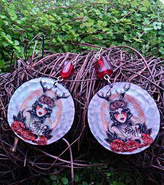 Boucles d'oreille - Capsules aplaties - décor femme aux bois de cerf et roses - perles de verre rouge : Boucles d'oreille par fifille-brin-d-acier