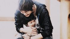 Yoogeun went to Onew. This is so sweet i cannot. One of the rare times before Onew is able to let Yoogeun in.
