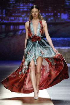 Foto 14 de 15 Original vestido de fiesta con estampado tie dye, escote tipo halter y falda asimétrica | HISPABODAS