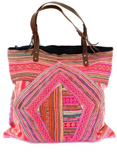 Neon and boho, all in one super cute beach bag Estilo Hippie, Boho Hippie, Hippy Chic, Boho Chic, My Bags, Purses And Bags, Ibiza Fashion, Boho Accessories, Boho Bags