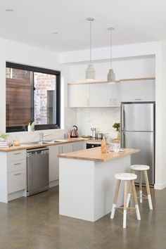 apartment living - This kitchen features white pepper doors with vic ash benchtops and a mayonella splashback. Studio Kitchen, New Kitchen, Kitchen Decor, Kitchen Ideas, Kitchen Designs, Apartment Kitchen, Apartment Living, Living Room, Timber Benchtop