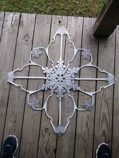 star decorations make with hangers ( snowflake ) idea Tree Crafts, Diy Home Crafts, Christmas Projects, Holiday Crafts, Holiday Ideas, Christmas Ideas, Holiday Decor, Diy Christmas Ornaments, Christmas Holidays