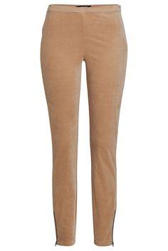Super-schmale Hose von MORE & MORE in feinem, stretchigen Babycord. Die irre bequeme Slim Pants sieht mit rustikalen Cardigans und derben Boots genauso gut aus wie mit taillierten Blazern und Seidenblusen. Material: 98% Baumwolle, 2% Elasthan...