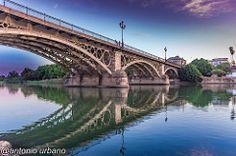Puente de Triana con las primeras luces del día