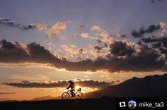 Keďže aktuálny pohľad na Tatry skôr predpovedá sneženie  toto je nádherný letný západ slnka venovaný bikerom  od @mike_ta3  Na ceste domov#praveslovenske #goodideaslovakia #nahory #folkies #tatramountains #mountainlife #mountainbike #bike #bikestagram #bikelife #bikelove #bikers #bicycle #bicycling #biking #sunset #sunsets #mountain #mountains #mountainbiking #evening #eveningsky  @slovakia.travel @tatryspispieniny @pripijam @folkies.sk