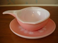 A gorgeous vintage pink gravy bowl and saucer. made by Pyrex with the white daisies. Vintage Kitchenware, Vintage Bowls, Vintage Glassware, Antique Dishes, Vintage Dishes, Vintage Pyrex, Rare Pyrex, Pink Pyrex, Pyrex Bowls