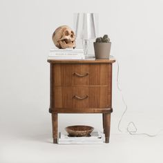 Nattbord med hodeskalle // Nightstand with skull. Nightstand, Interior, Table, Skull, Furniture, Photos, Design, Home Decor, Pictures
