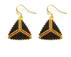 Boucles d'oreilles triangles en perles miyuki noir et or