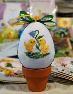This Pin was discovered by Fer Cross Stitch Beginner, Mini Cross Stitch, Cross Stitch Cards, Cross Stitch Animals, Cross Stitching, Cross Stitch Embroidery, Cross Stitch Designs, Cross Stitch Patterns, Easter Flower Arrangements