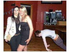 Er wollte den Mädels seine coolen Moves zeigen.