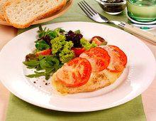 Hähnchenschnitzel Tomate-Mozzarella. Zutaten (für 4 Personen): -    4 Hähnchenschnitzel (à ca. 170 g) -    2 EL Öl -    Salz -    Pfeffer aus der Mühle -    Paprikapulver -    1 TL Basilikum-Paste -    4 EL Zitronensaft -    2 TL brauner Zucker -    2 EL Olivenöl -    250 g Salatmischung -    250 g Mozzarella -    2 Tomaten -    100 g Kirschtomaten -    bunter Pfeffer und Basilikum zum Garnieren