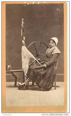 PHOTOGRAPHIE CDV 1870 : UNE FILEUSE FEMME AU ROUET VIEUX METIER FOLKLORE LAINE…