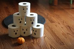 Easy Halloween crafts for preschoolers: Toilet paper ghost bowling with mini pumpkins | DIY at Pars Caeli