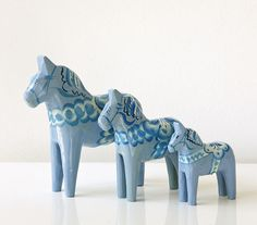 Blauen echten schwedischen Dala hölzernen Pferd Satz drei.