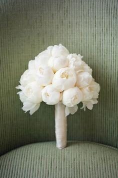 Classico bouquet de peónias brancas.