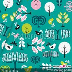 Ein lieblicher Stoff mit Vogel- und Baum-Illustrationen im Folklore-Stil. Pastell Rosa und Türkis Farben runden ihn ab. I www.stoff.love