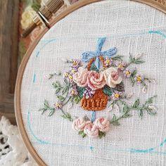 별헤는자수...투박하게 수는 다 놓았고 이제 박음질하고 솜넣고..금새 마무리 할수있을것같은데..잠깐의 자유시간이 다… Embroidered Roses, Hand Embroidery, Projects To Try, Stitch, Photo And Video, Flowers, Beautiful, Basket, Molde