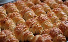 Vynikající, nadýchané a jemné sýrové croissanty, které jsou prostě neodolatelné. Kyselé mléko, které se přidává do těsta dodá croissantem ... Czech Recipes, Ethnic Recipes, Easy Dinner Recipes, Sausage, Food And Drink, Cooking Recipes, Pizza, Bread, Homemade