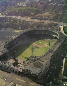 This photo shows just what an oddball stadium the Polo Grounds was. Baseball Park, Giants Baseball, Sports Baseball, Baseball Players, Baseball Field, Baseball Stuff, New York Giants, New York Yankees, Ny Mets