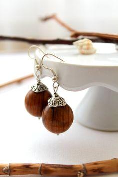 Pendientes bolas de madera marrón por ranitasart en Etsy