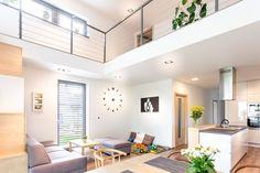 Svetlé farby a otvorený priestor dodajú interiéru vzdušnosť. Pri bielej farbe vyniknú bytové doplnky a dekorácie. #rodinnydom #dom #byvanie #interier #dizajninterieru #modernebyvanie #svojpomocne #modernydizajn #svetlyinterier #kuchyna #obyvaciaizba #ytong #stavebnymaterial Loft, Bed, Furniture, Design, Home Decor, Decoration Home, Stream Bed, Room Decor, Lofts