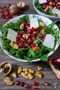Rucolasalat mit Granatapfel, Walnüssen und Parmesanspänen