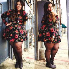 A imagem pode conter: 2 pessoas Fat Fashion, Dark Skin, Skater Skirt, Pin Up, Curvy, Mini Skirts, Plus Size, Poses, My Style