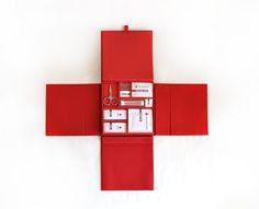 Packaging | The American Red Cross - Designer graphique en freelance, Mary Doty a pensé ce kit contenant un livret sur l'histoire de la croix rouge et un nécessaire à pharmacie. Il a pour but d'être distribué aux éventuels donateurs de la croix rouge américaine.