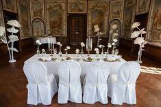 Tolle Ideen und Inspirationen für Deine Schlosshochzeit mitten in NRW: Diese außergewöhnliche Hochzeitslocation bietet alles, was Braut und Bräutigam sich wünschen können. Eine freie Trauung im Schlosspark, Prunksäle, die Eure Hochzeitstorte, die Hochzeitsdeko und Tischdeko unvergesslich in Szene setzen und natürlich die Schönheit des Brautkleides unterstreichen. Als Krönung fährt die Braut in einer Hochzeitskutsche vor Foto: Luzy Amor #Schlosshochzeit