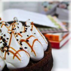 Torta Anabenta: Massa de brownie recheada com doce de leite e mousse de chocolate. Confeitado com merengue italiano. Produzido com o melhor Doce de Leite do Mundo!! #DiNorma #Cake